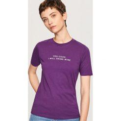 T-shirt z napisem - Fioletowy. Fioletowe t-shirty męskie marki Reserved, l, z napisami. Za 19,99 zł.