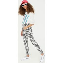 Spodnie skinny fit w kratkę. Białe rurki damskie Pull&Bear, w kratkę. Za 109,00 zł.