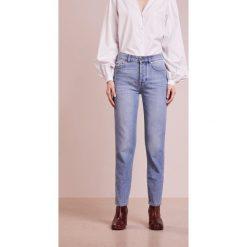 J.LINDEBERG STUDY SHARP Jeansy Relaxed Fit light blue. Niebieskie jeansy damskie relaxed fit J.LINDEBERG. W wyprzedaży za 471,20 zł.