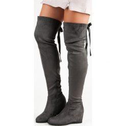SZARE MUSZKIETERKI NA KOTURNIE. Czarne buty zimowe damskie marki Born2be, z materiału, z okrągłym noskiem, na niskim obcasie, na koturnie. Za 99,99 zł.