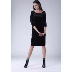 Czarna Luźna Sukienka z Dekoltem w Łódkę z Weluru. Czerwone sukienki na komunię marki Molly.pl, l, z jeansu, biznesowe, z dekoltem na plecach, z długim rękawem. W wyprzedaży za 120,81 zł.