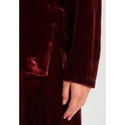 Second Female MUJA TNECK Bluzka port royale. Czerwone bluzki asymetryczne Second Female, xs, z jedwabiu. W wyprzedaży za 365,40 zł.