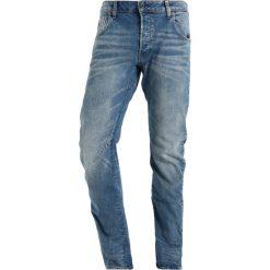 GStar ARC 3D SLIM Jeansy Slim Fit lyse stretch denim. Czerwone jeansy męskie relaxed fit marki G-Star, l, z napisami. W wyprzedaży za 391,30 zł.