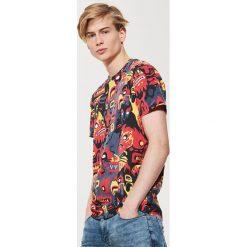 T-shirt z nadrukiem all over - Wielobarwn. Czarne t-shirty męskie z nadrukiem marki House, l. Za 49,99 zł.