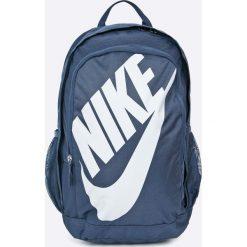 Nike Sportswear - Plecak. Szare plecaki męskie Nike Sportswear, w paski, z materiału. W wyprzedaży za 149,90 zł.