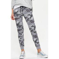 Spodnie dresowe damskie: Dresowe joggery moro – Jasny szary