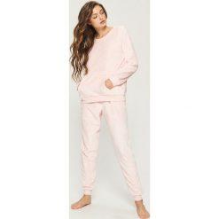 Pluszowa piżama w serca - Różowy. Szare piżamy damskie marki Sinsay, l, z motywem z bajki. Za 79,99 zł.