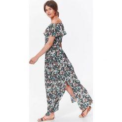 DŁUGA SUKIENKA Z FALBANĄ W EGZOTYCZNY NADRUK. Szare długie sukienki marki Top Secret, na lato, z nadrukiem, z długim rękawem. Za 139,99 zł.