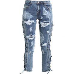 Glamorous Jeans Skinny Fit blue acid wash. Różowe jeansy damskie marki Glamorous, z nadrukiem, z asymetrycznym kołnierzem, asymetryczne. W wyprzedaży za 160,30 zł.