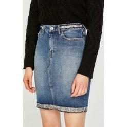 Guess Jeans - Spódnica. Szare minispódniczki marki Guess Jeans, z aplikacjami, z bawełny, proste. W wyprzedaży za 369,90 zł.