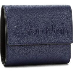 Portfele damskie: Mały Portfel Damski CALVIN KLEIN BLACK LABEL – Edge Medium Trifold K60K603909 430
