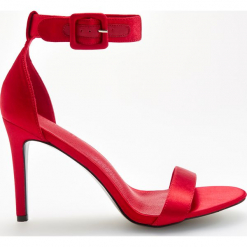 Sandały na obcasie - Czerwony. Czerwone sandały damskie marki Casu, w ażurowe wzory, na obcasie. Za 119,99 zł.