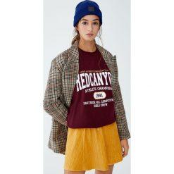Bluza college z napisem i rysunkiem. Czerwone bluzy damskie Pull&Bear, z napisami. Za 89,90 zł.