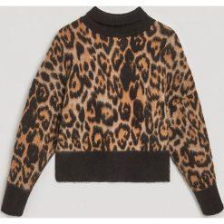 Swetry klasyczne damskie: Żakardowy sweter w cętki - Wielobarwn