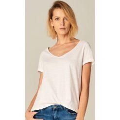 Bawełniana koszulka z dekoltem w szpic - Biały. Białe t-shirty damskie marki Mohito, l, z bawełny. Za 19,99 zł.