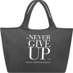 Torba uniwersalna Anna Lewandowska Never Give Up szara. Szare torebki klasyczne damskie Healthy Plan by Ann, z nadrukiem, z bawełny, z nadrukiem. Za 139,00 zł.