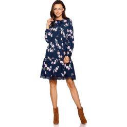 Trapezowa sukienka z nadrukami granatowy w kwiatki. Niebieskie sukienki hiszpanki Lemoniade, w koronkowe wzory, z koronki, trapezowe. Za 199,00 zł.