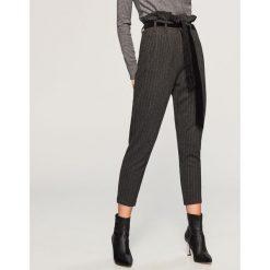 Spodnie z wysokim stanem - Wielobarwn. Białe spodnie z wysokim stanem marki Reserved, l, z dzianiny. Za 119,99 zł.