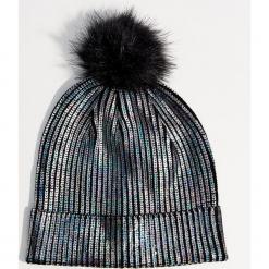 Czapka o holograficznym połysku - Wielobarwn. Czerwone czapki damskie marki Mohito, z bawełny. Za 39,99 zł.