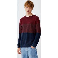 Sweter z melanżowej dzianiny z kolorowymi panelami. Czerwone swetry klasyczne męskie Pull&Bear, m, w kolorowe wzory, z dzianiny. Za 99,90 zł.