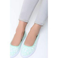 Miętowe Balerinki Bigger Thing. Zielone baleriny damskie lakierowane Born2be, w kwiaty, na płaskiej podeszwie. Za 29,99 zł.