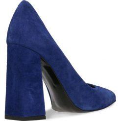 Czółenka INGRID. Niebieskie buty ślubne damskie Gino Rossi, w geometryczne wzory, ze skóry, na wysokim obcasie, na słupku. Za 199,90 zł.