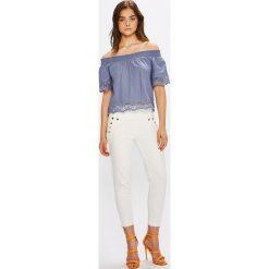 Guess Jeans - Jeansy Curve x High. Niebieskie jeansy damskie rurki marki Guess Jeans, z obniżonym stanem. W wyprzedaży za 359,90 zł.