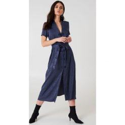 Długie sukienki: NA-KD Trend Satynowa sukienka w żakardowe kwiaty z wiązaniem - Blue