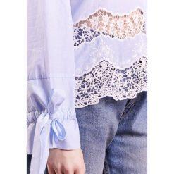 IBlues MARAIS Koszula light blue. Niebieskie koszule wiązane damskie iBlues, z bawełny. W wyprzedaży za 459,50 zł.