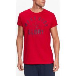 T-SHIRT MĘSKI Z NADRUKIEM. Szare t-shirty męskie z nadrukiem marki Top Secret, na lato, m. Za 14,99 zł.