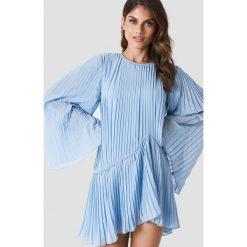 Andrea Hedenstedt x NA-KD Plisowana sukienka - Blue. Niebieskie sukienki asymetryczne marki Andrea Hedenstedt x NA-KD, z poliesteru, z asymetrycznym kołnierzem. Za 202,95 zł.