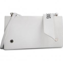 Torebka CALVIN KLEIN JEANS - Logo Banner Shoulder Flap Bag K40K400823 102. Białe listonoszki damskie Calvin Klein Jeans, z jeansu. Za 449,00 zł.