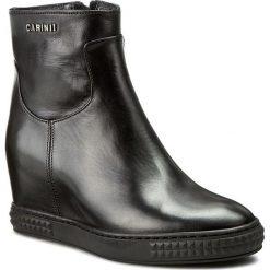 Botki CARINII - B3782 E50-000-PSK-B88. Czarne botki damskie na obcasie Carinii, z materiału. W wyprzedaży za 229,00 zł.