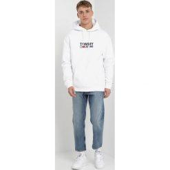 Tommy Jeans CORP LOGO HOODIE Bluza z kapturem white. Białe bluzy męskie rozpinane Tommy Jeans, m, z bawełny, z kapturem. Za 419,00 zł.