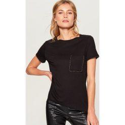 Koszulka z biżuteryjną aplikacją - Czarny. Czarne t-shirty damskie marki Mohito, l, z aplikacjami. Za 49,99 zł.