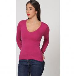 Sweter w kolorze jagodowym. Czerwone swetry klasyczne damskie marki William de Faye, z kaszmiru. W wyprzedaży za 136,95 zł.