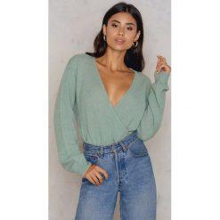 NA-KD Trend Sweter z kopertowym dekoltem - Green. Zielone swetry klasyczne damskie marki NA-KD Trend, z elastanu, z kopertowym dekoltem. W wyprzedaży za 73,48 zł.