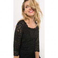 Dopasowana sukienka z koronki. Czarne sukienki dzianinowe marki Orsay, na imprezę, w koronkowe wzory, wizytowe, z kwadratowym dekoltem, mini, dopasowane. Za 159,99 zł.
