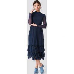NA-KD Boho Siateczkowa sukienka z falbanką - Navy. Niebieskie sukienki boho marki NA-KD Boho, na imprezę, w koronkowe wzory, z koronki, na ramiączkach, mini. Za 242,95 zł.