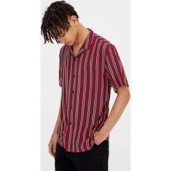 Koszule męskie: Koszula z krótkim rękawem w paski w bordowym kolorze