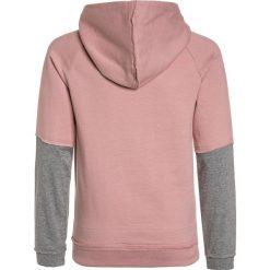 Name it NKMDYLAN HOOD Bluza z kapturem zephyr. Czerwone bluzy chłopięce rozpinane marki Name it, l, z nadrukiem, z bawełny, z okrągłym kołnierzem. Za 129,00 zł.
