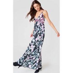 NA-KD Wzorzysta sukienka z dekoltem V - Multicolor. Szare sukienki na komunię NA-KD, z poliesteru, dopasowane. W wyprzedaży za 38,99 zł.