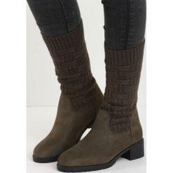 Ciemnozielone Kozaki Daily Grind. Czerwone buty zimowe damskie marki Reserved, na niskim obcasie. Za 99,99 zł.