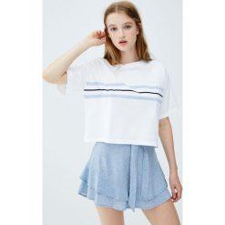 Koszulka z niebieskimi pasami z przodu. Niebieskie t-shirty damskie Pull&Bear. Za 49,90 zł.