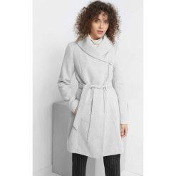 Płaszcz z paskiem. Szare płaszcze damskie pastelowe Orsay, z bawełny, eleganckie. Za 239,99 zł.