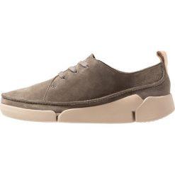Clarks TRI CLARA Sznurowane obuwie sportowe khaki. Szare buty sportowe damskie Clarks, z materiału. Za 389,00 zł.