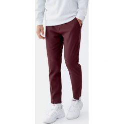 Spodnie chinosy. Czerwone chinosy męskie marki Pull&Bear. Za 109,00 zł.