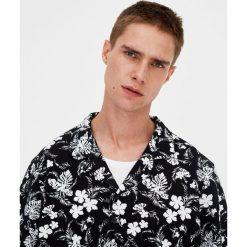 Koszulka polo w kwiaty. Czarne koszulki polo Pull&Bear, m, w kwiaty, z krótkim rękawem. Za 48,90 zł.