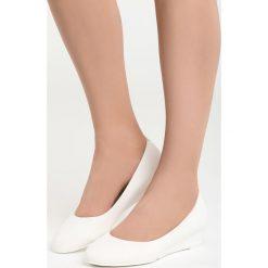 Białe Koturny Issues. Białe buty ślubne damskie marki Born2be, z materiału, z okrągłym noskiem, na koturnie. Za 59,99 zł.