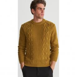 Sweter z ozdobnym splotem - Brązowy. Brązowe swetry klasyczne męskie Reserved, l, ze splotem. Za 159,99 zł.